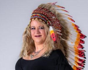 Margit List mit indianischem Federschmuck